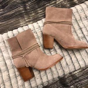 NWOT—-Gorgeous Splendid women's taupe boots